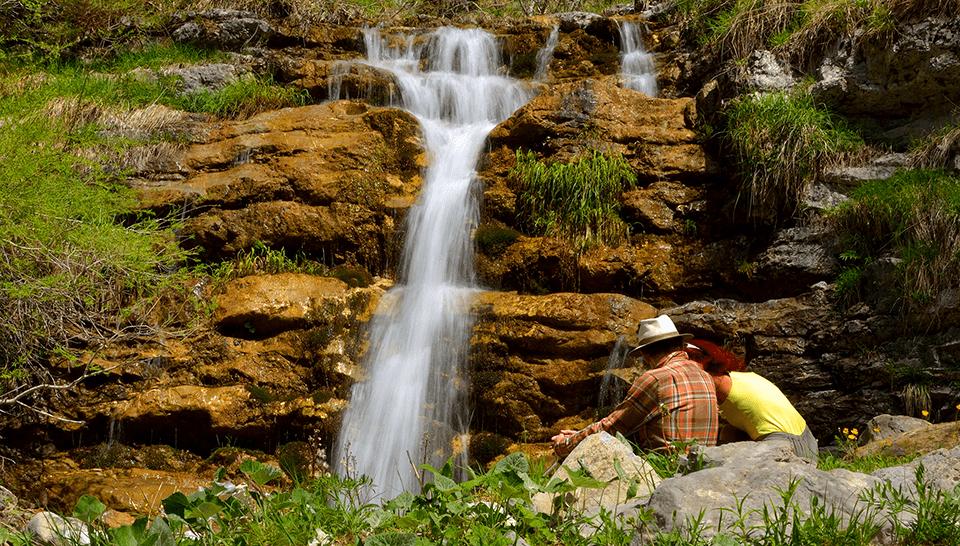Des jeûneurs au bord d'une cascade en Drôme
