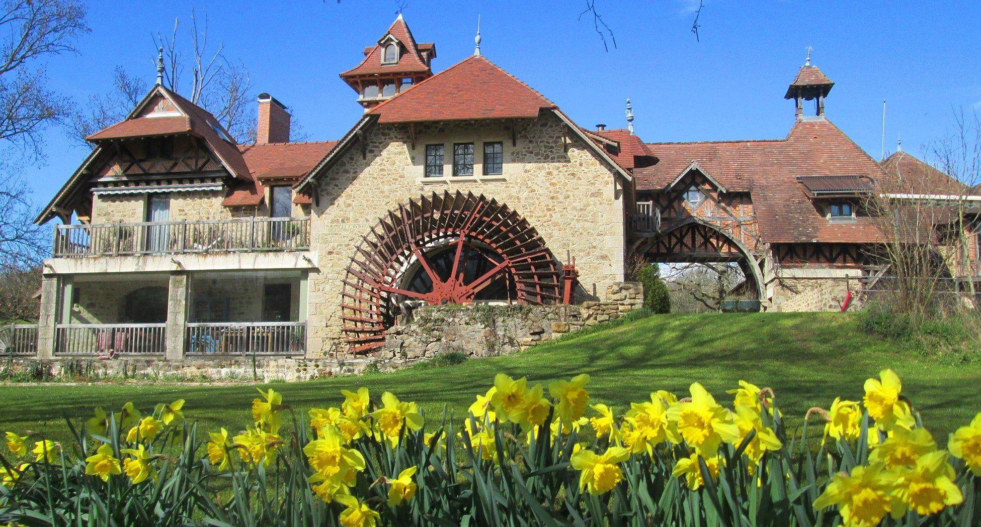 Moulin-Sud-avec-roue-et-jonquilles-printemps