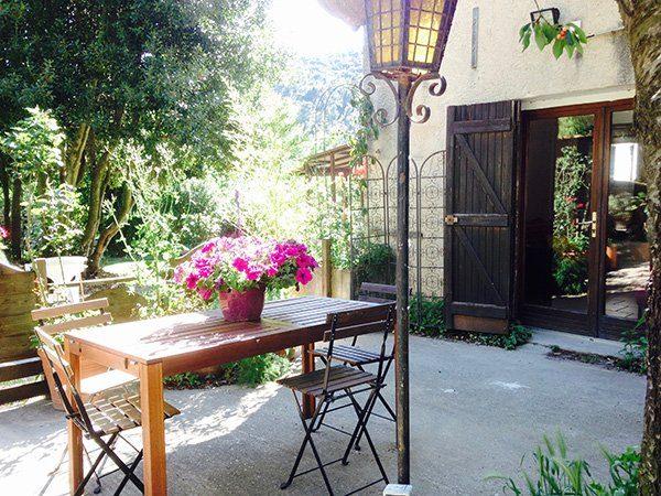 terrasse fleurie du gite de sainte baume
